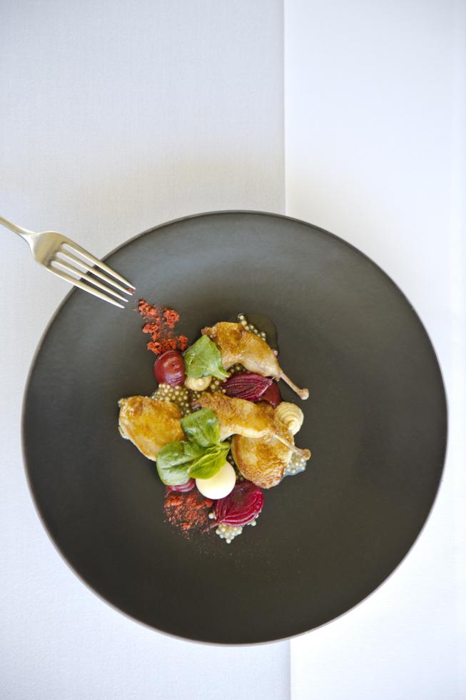 Quail glazed breast, onion tapioca, fig, cashew praline, onion shells, Vorspeise, Restaurant des Weingut Ten Minutes by Tractor. Mainridge, Mornington Peninsula, Australien
