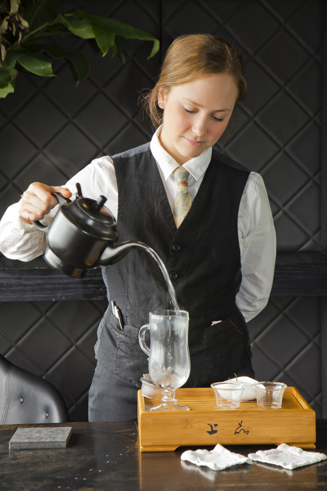 Rachelle Bright, assistant tea sommelier bereitet einen Dancing BAmboo Tea zu, Vue de Monde Restaurant, Weinkeller, Melbourne, Australien