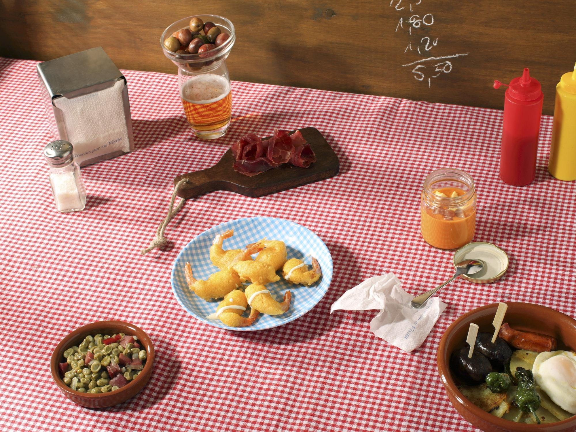 Habas con Jamon (grüne Bohnen mit Schinken), Gambas en garbadina (Garnelen im Schlafrock), Jamon de Trevélez (Trevélez, Granada) y Queso, Salmorejo de Mangos (eine sämige Gazpacho, Mangos aus der Region Granada), Plato Alpujarreño (Chorizo = Wurst, Morcilla= Blutwurst, Patatas  = Kartoffeln, Pimiento= Paprika y Huevo (Spiegelei)), Aceitunas / Oliven, Cerveza Alhambra (aus Granada). Arbeiter Lunch, Chefs: Jesus Bracero & Nicolas Fernández, Hotel Andalucia Center, Granada, Andalusien, Spanien