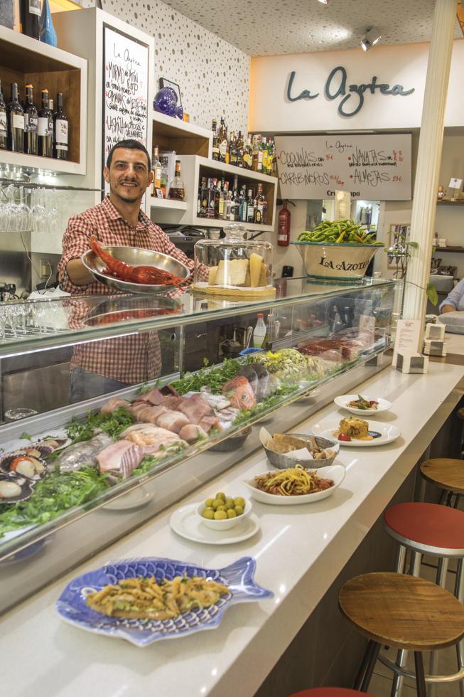Spanien, Andalusien, Provinz Sevilla, Sevilla, Tapas Bar La Azotea: Theke, Tapas, Bedienung