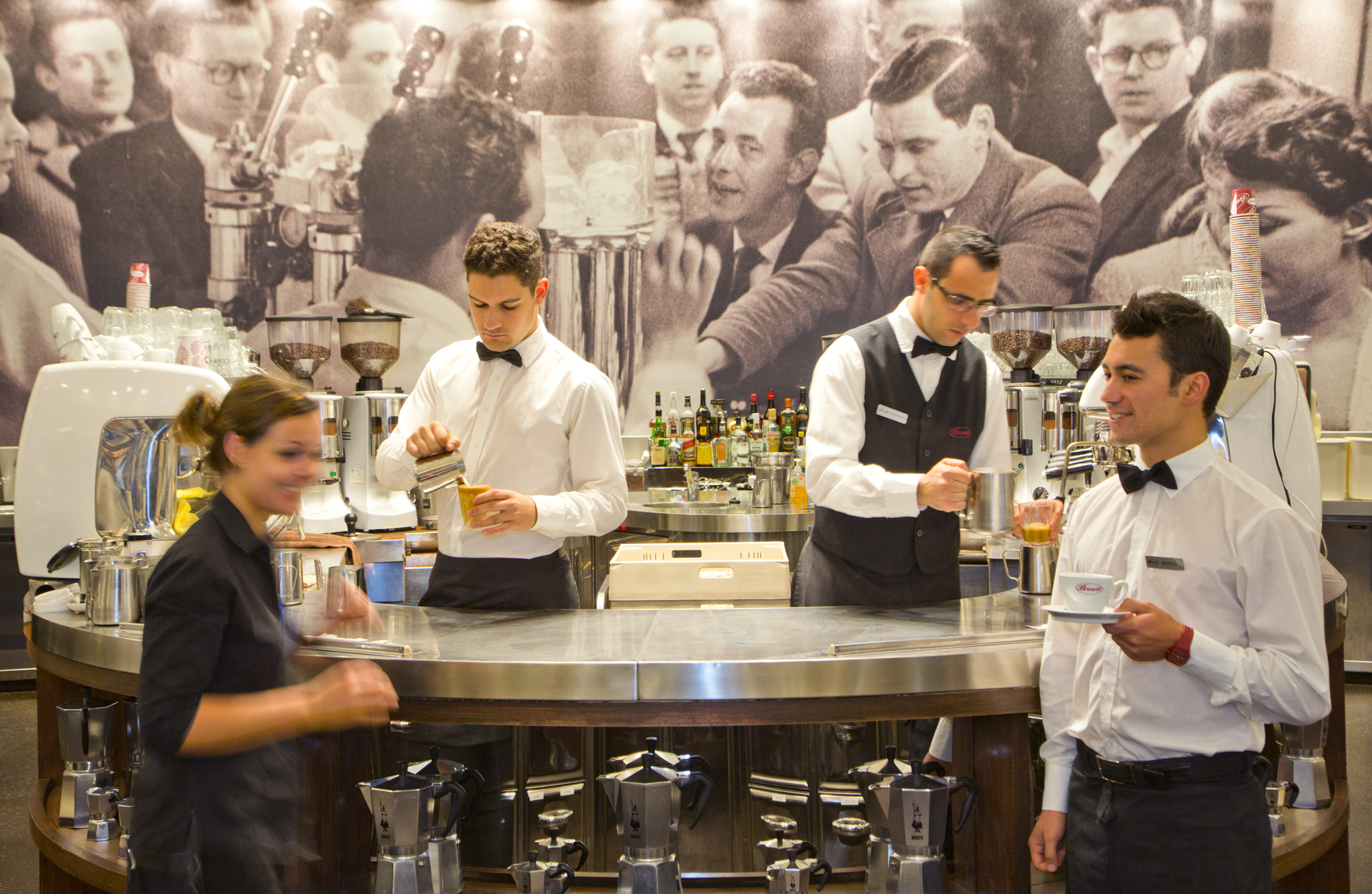 Brunetti Cafe, Kellner an den Kaffeeautomaten, Lygon Street 380, italienisches Café & Konditorei, Melbourne Australien