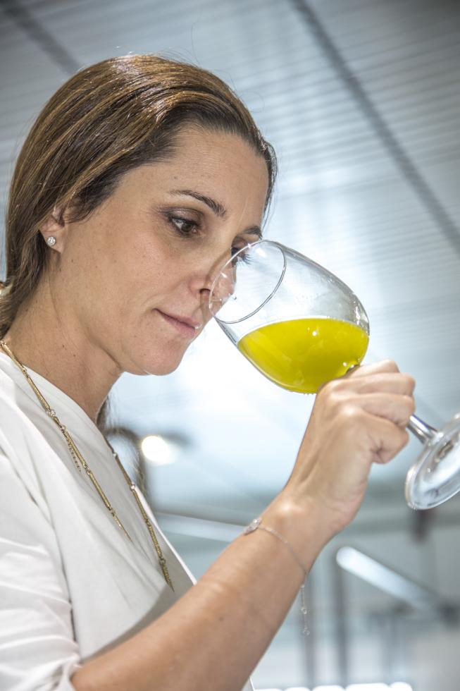 Spanien, Andalusien, Provinz Granada, Ortschaft Acula, Ölproduzent O-Med, Bodega in der Ölmühle, Paula und Juan Garcia Casas testet frisch gepresstes Öl