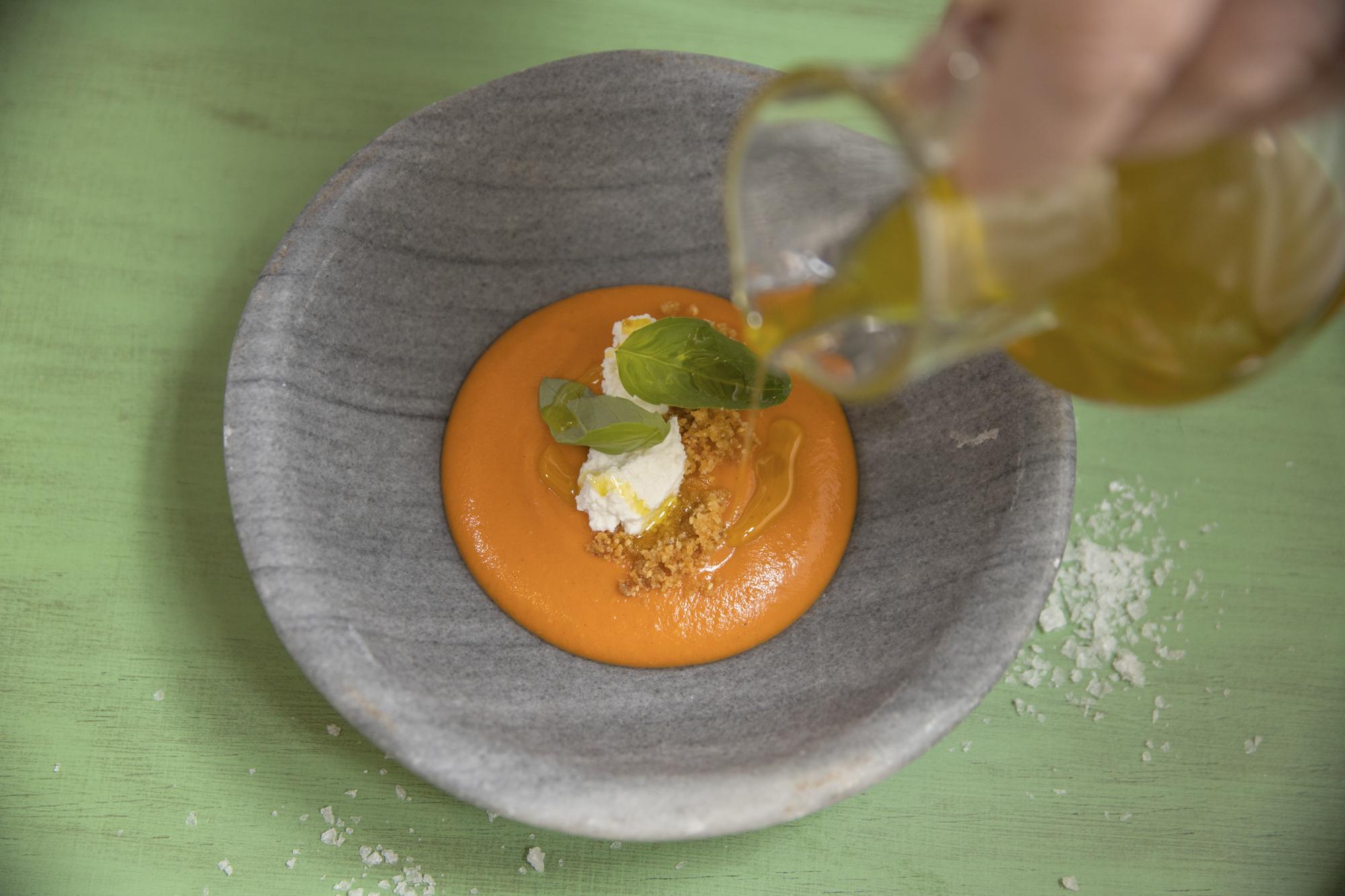 Spanien Andalusien, Provinz Cordoba, Priego de Cordoba, Restaurant Patria Chica, Salmorejo wird mit Olivenöl serviert.