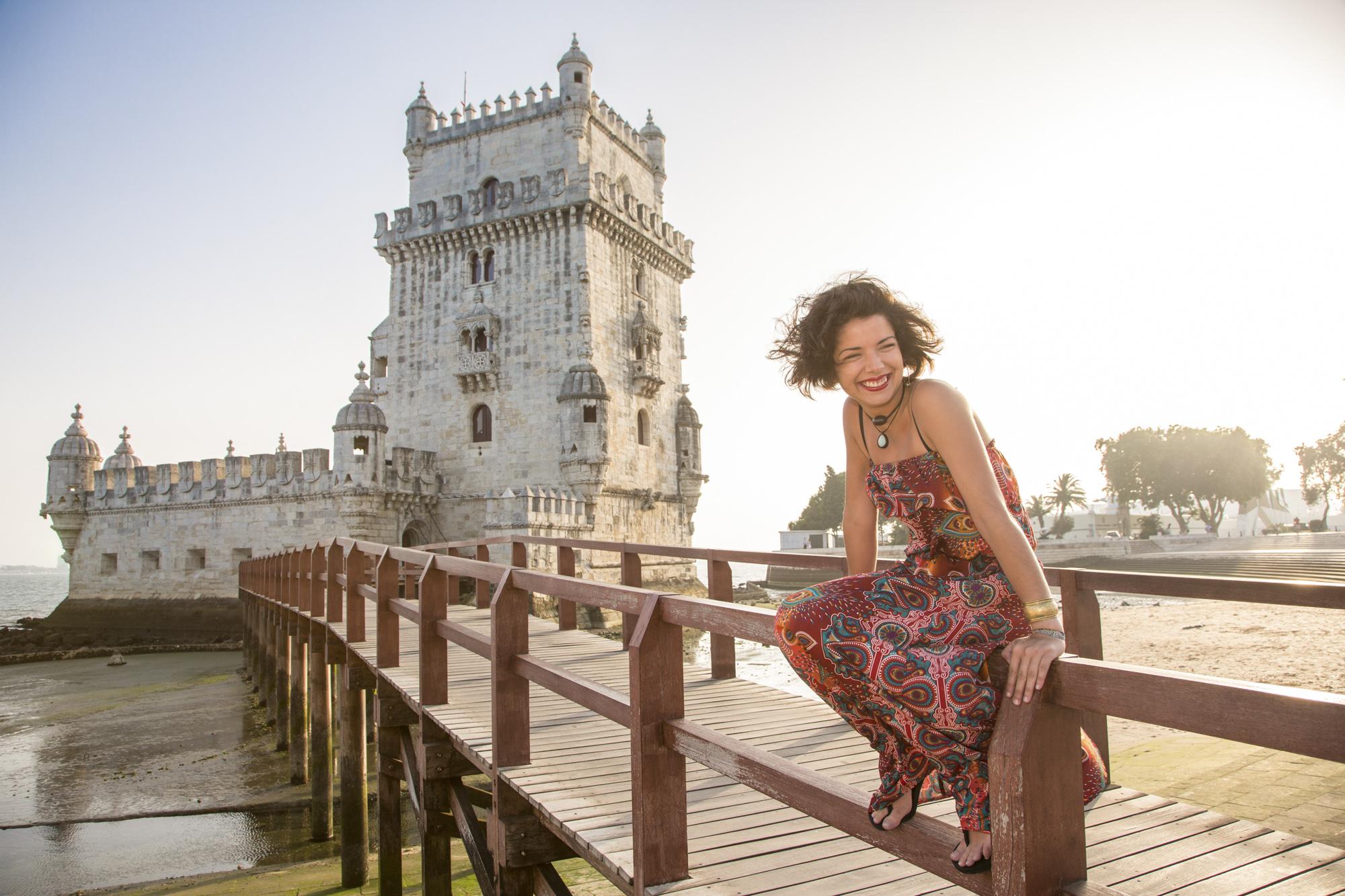 Portugal, Lissabon, Lissabon, Belem Viertel, Torre de Belém, Marta vor dem Turm von Belém, UNESCO Weltkulturerbe