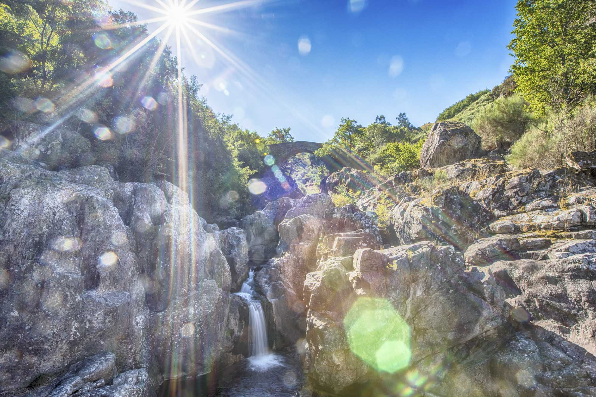 Portugal, Nord-Portugal, Region Montalegre, Parque Nacional da Peneda Gerês, Nationalpark, Cabril, Ponte da Misarela. Die Misarela Brücke aus dem Mittelalter führt über den Fliss Rio Rabagão
