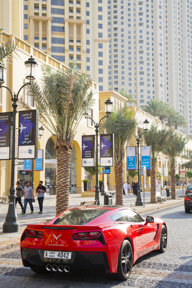VAE, Vereinigte arabische Emirate, Dubai, The Walk at Jumeirah Beach Residence, Al Mamsha Street, Flanier Prmenade, Luxus Wagen, Kraftfahrzeug, Palmen, Architektur, Sportwagen, Auto, Corvette  Engl.: UAE, United Arab Emirates, Dubai, The Walk at Jumeirah Beach Residence, Al Mamsha Street, Flanier Boardwalk, Luxury Car, Car, Palm Tree, Architecture, Sports Car, Car, Corvette