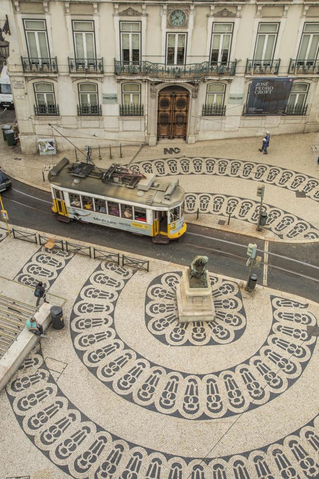 """Portugal, Lissabon, Chiado Viertel, Blick aus dem """"The Poets Inn Hostel"""" (muss unbedingt in der Bilunterschrift erwähnt werden!) auf den Platz Metro Station Chiado, Bodenmosaik, Tram"""