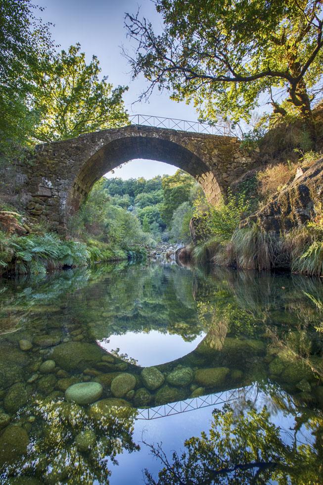 Portugal, Nord-Portugal, Parque Nacional da Peneda Gerês, Nationalpark, Serra do Soajo, Soajo, Ponte de Ladeira, Mittelalterliche Brücke führt über den Rio Adrão.