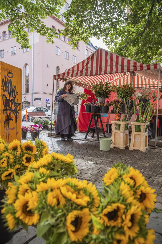Finnland, Helsinki, Punavuori Stadtteil, Design District, Blumenverkäuferin, Sonnenblumen