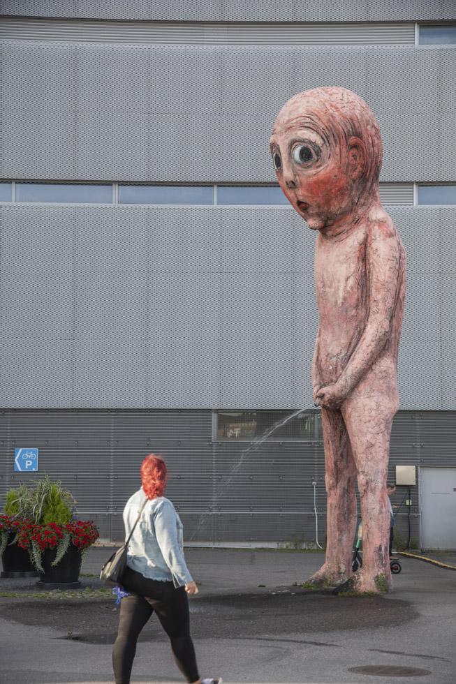 Finnland, Helsinki, Stadtteil Jätkäsaari, Hafengelände, Statue Bad Bad Boy von Tommi Toija
