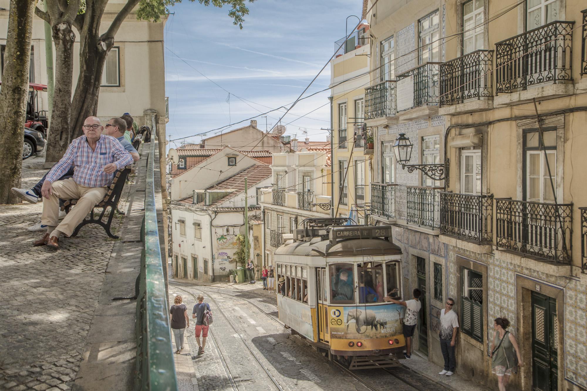 Portugal, Lissabon, Alfama Viertel, Tram 28, Rua Sao Tome, Gasse, Verkehr