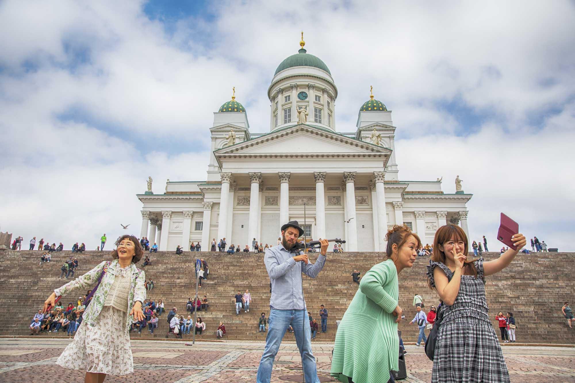 Finnland, Helsinki, Innenstadt, Senatsplatz, Dom von Helsinki, asiatische Touristen, Strassenmusiker
