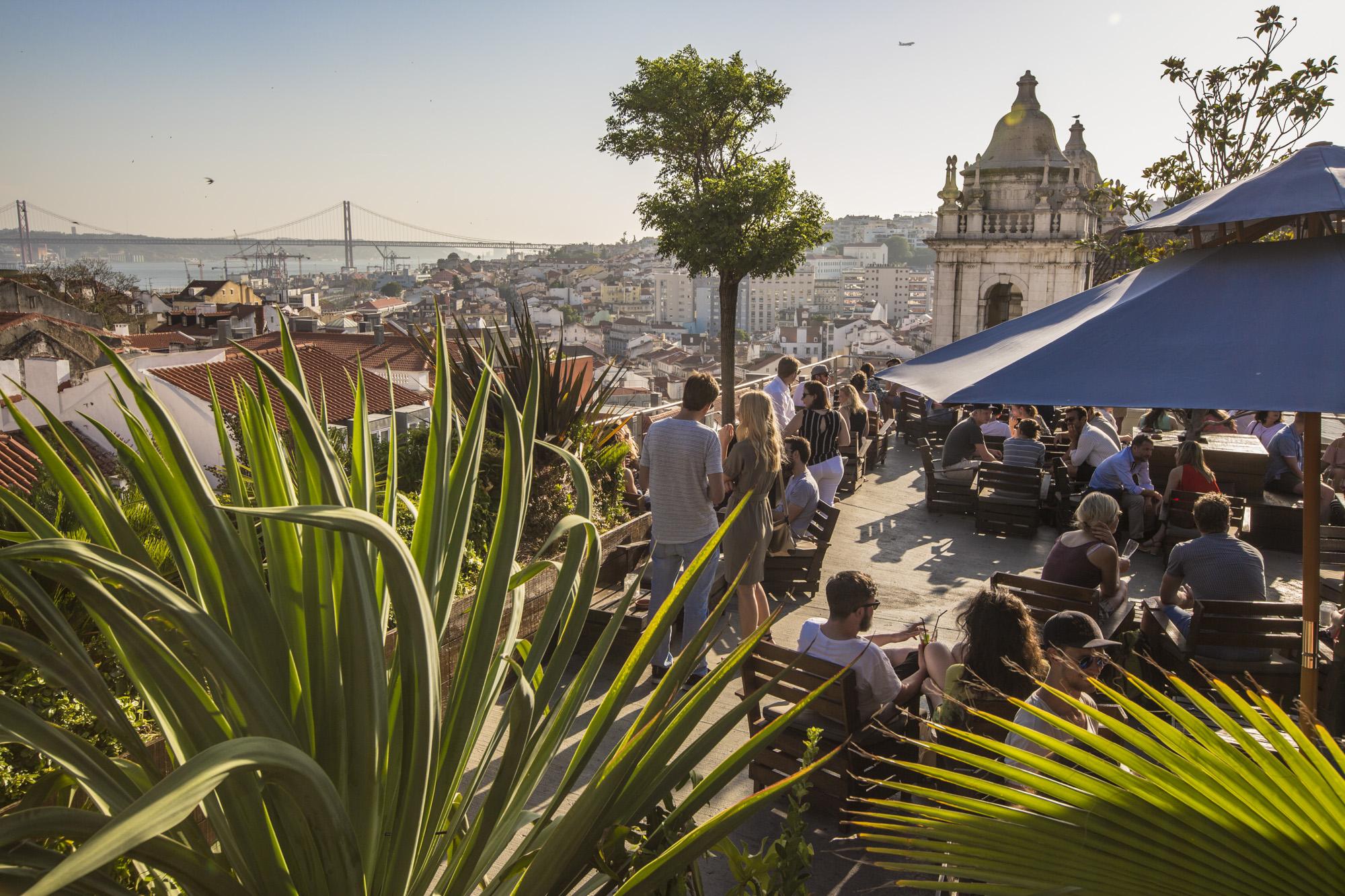 Portugal, Lissabon, Bairro Alto, Calcada do Combro, Park Rooftopbar auf dem Dach eines Parkhauses