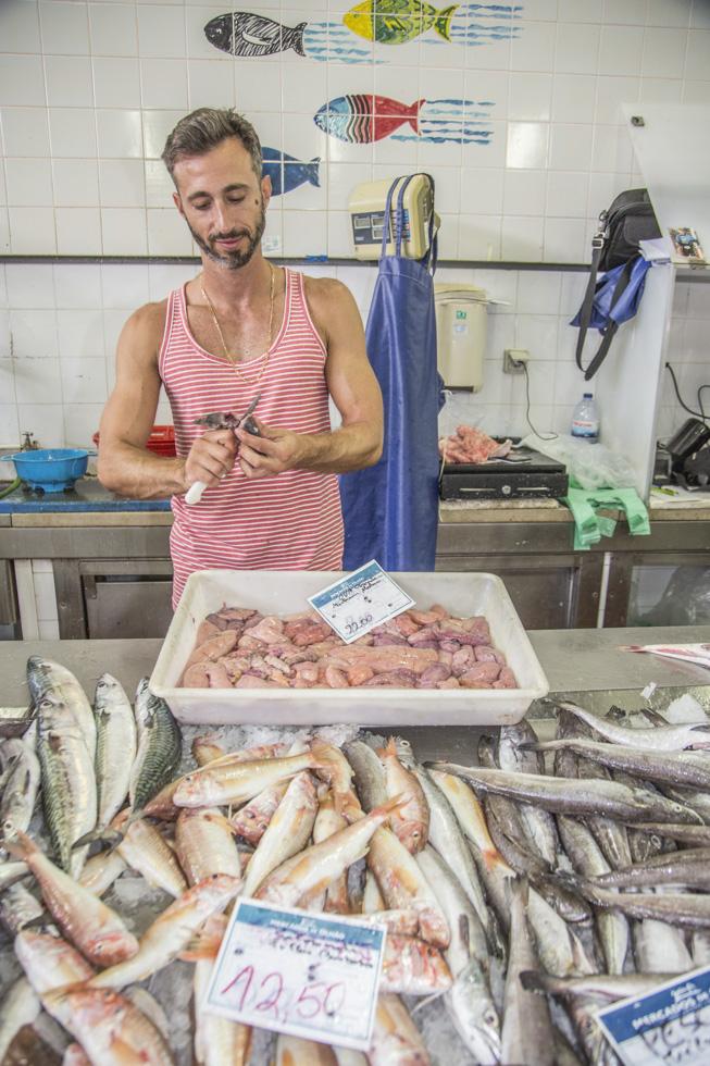 Portugal, Algarve, Olhão, Fischmarkt, Fisch Verkäufer Nuno
