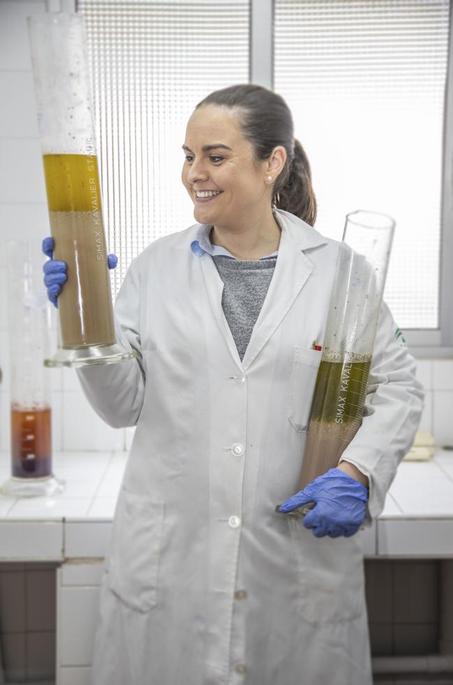 Spanien Andalusien, Provinz Cordoba, Cabra, IFAPA Forschungszentrum. Hier alles um das Olivenöl und die Ernte erforscht. Biologin Maria del Sol mit Olivenöl Proben