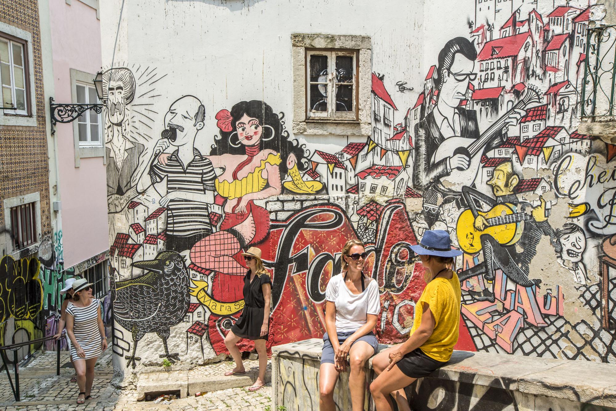 Portugal, Lissabon, Mouraria Viertel, Escadinhas de São Cristóvão, Graffiti, Fado Motiv von mehreren Künstlern, wohl das meistfotografierteste Graffiti von Lissabon