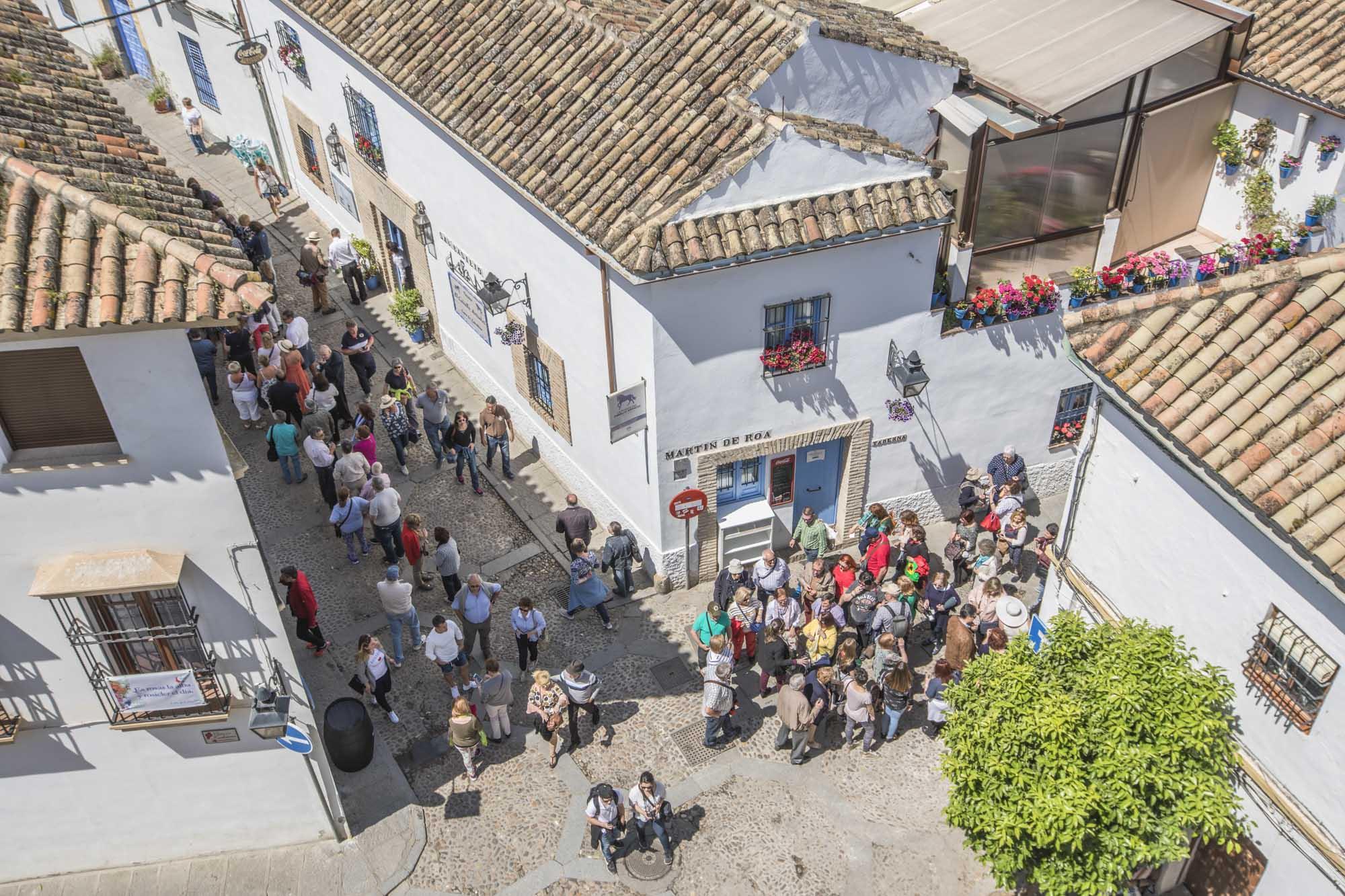 Spanien, Andalusien, Cordoba, San Basilio Viertel. In einem der schönsten Viertel Cordobas öffnen 8 Patios während der Fiesta ihre Pforten. Vor den Hauseingängen bilden sich lange Besucherschlangen.