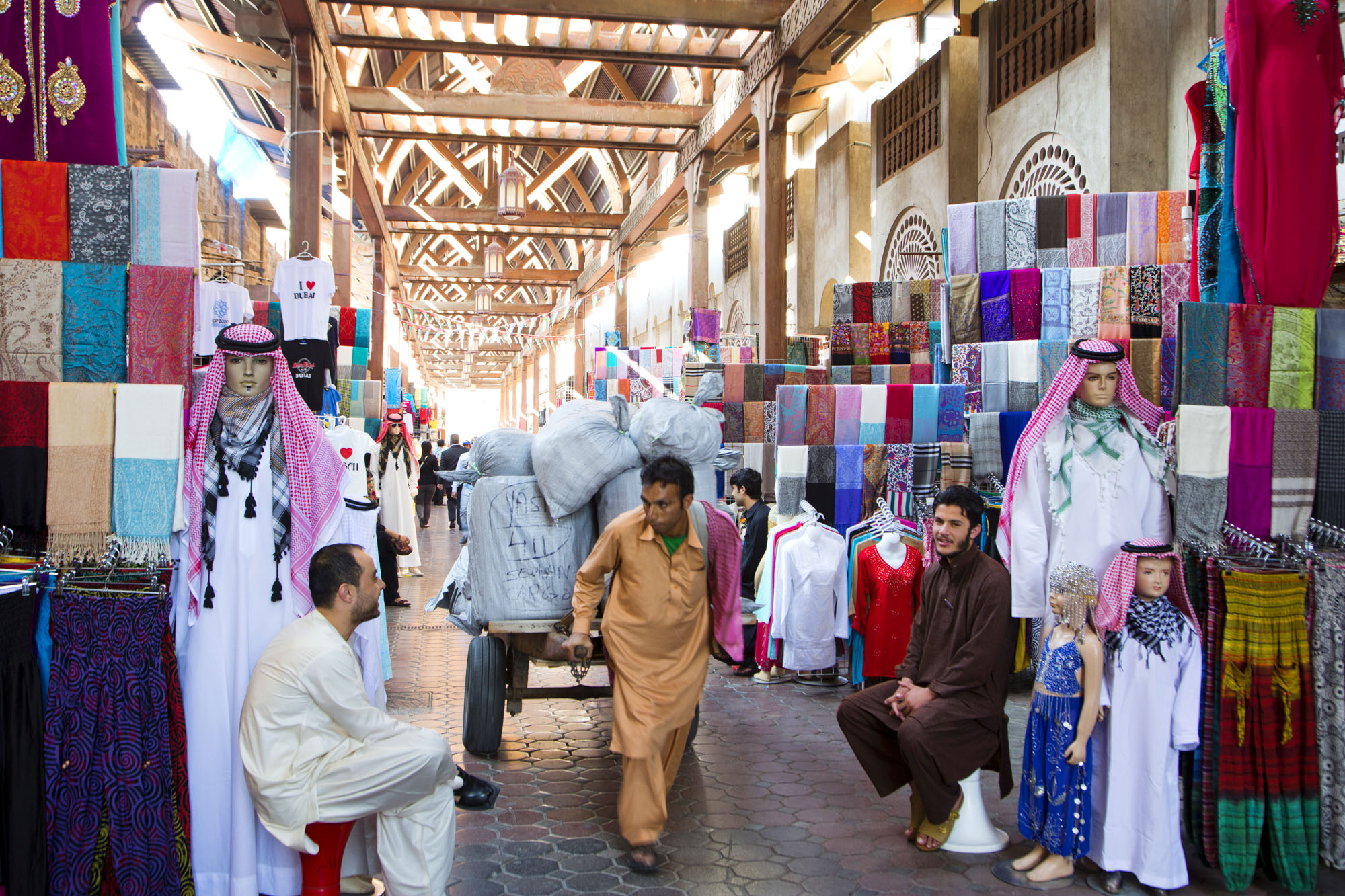 VAE, Vereinigte arabische Emirate, Dubai, Souk, Markt, Geschäfte, einkaufen, Geschäfte, shopping, arabische Kleidung, Kaftan, Schuhe, arabisches Design  Engl.: UAE, United Arab Emirates, Dubai, Souk, market, shops, shopping, shops, shopping, arabic clothes, arabic design