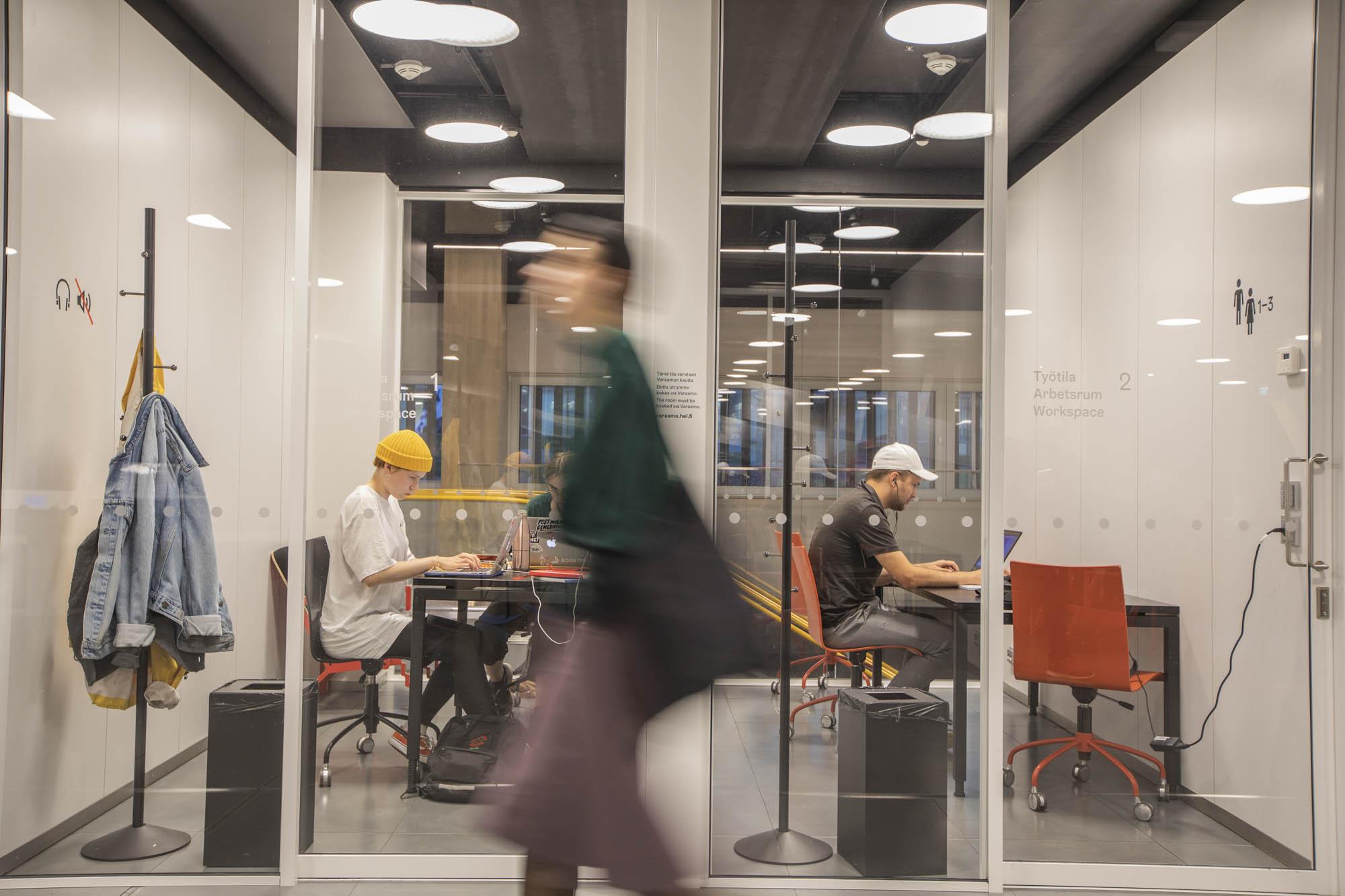 Finnland, Helsinki, Zentralbibliothek Oodi, die Arbeitsplätze im Gaskasten kann man auf Zeit mieten.