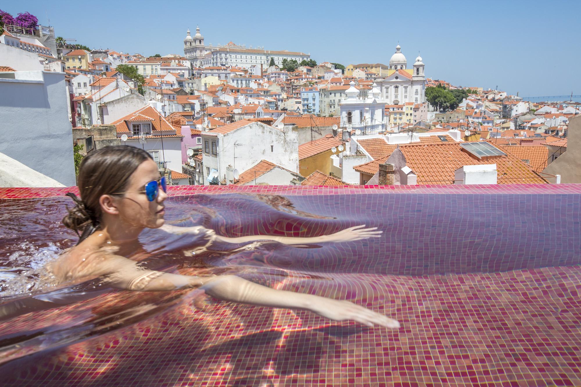 Portugal, Lissabon, Alfama Viertel, Design Hotel Memmo Alfama, Pool, Blick auf das Alfama Viertel, Hotelgast Jana Harth schwimmt im  Pool