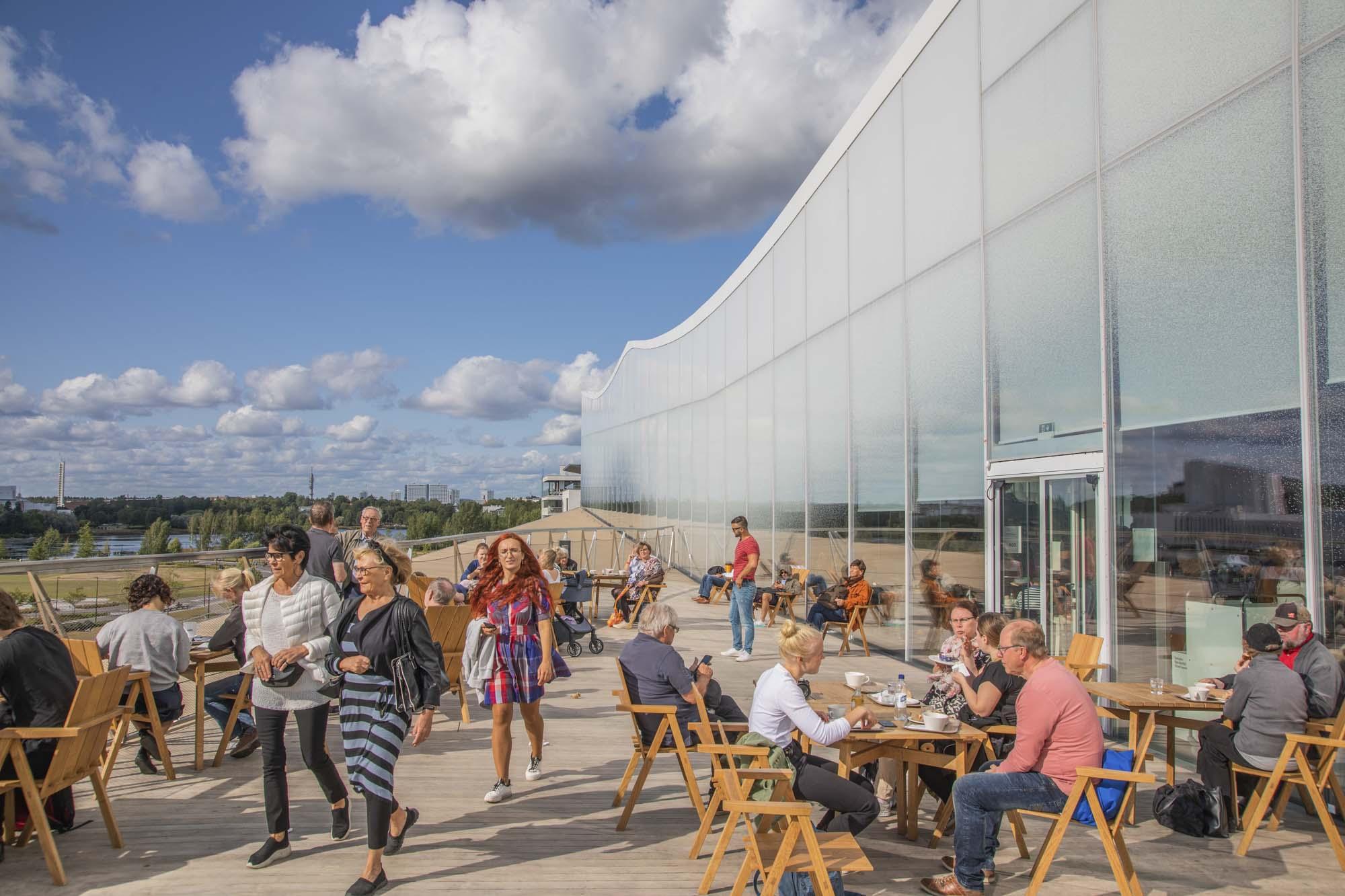 Finnland, Helsinki, Zentralbibliothek Oodi, Café auf der Dachterrasse