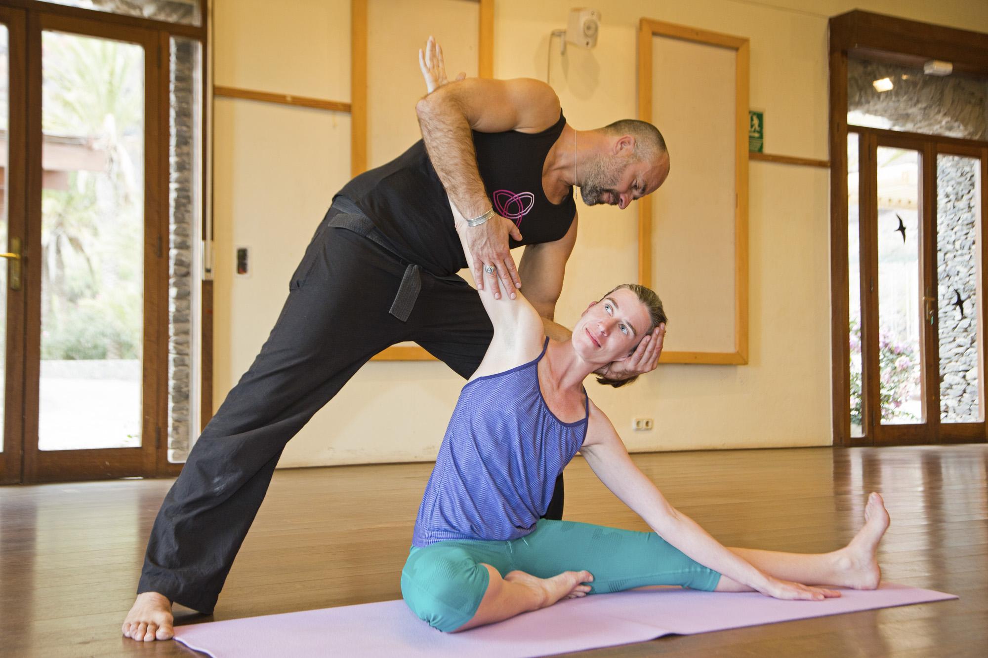 Spanien, Kanarische Inseln, La Gomera, Hotel El Cabrito, Yoga Retreat mit Yoga Team Berlin, Autorin Andrea Mertens beim Yoga, Lehrer Valentin Alex