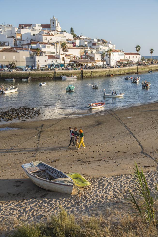 Portugal, Algarve, Atlantikküste, Ferragudo, Fluss Arade, Fischerboote, Stadtansicht