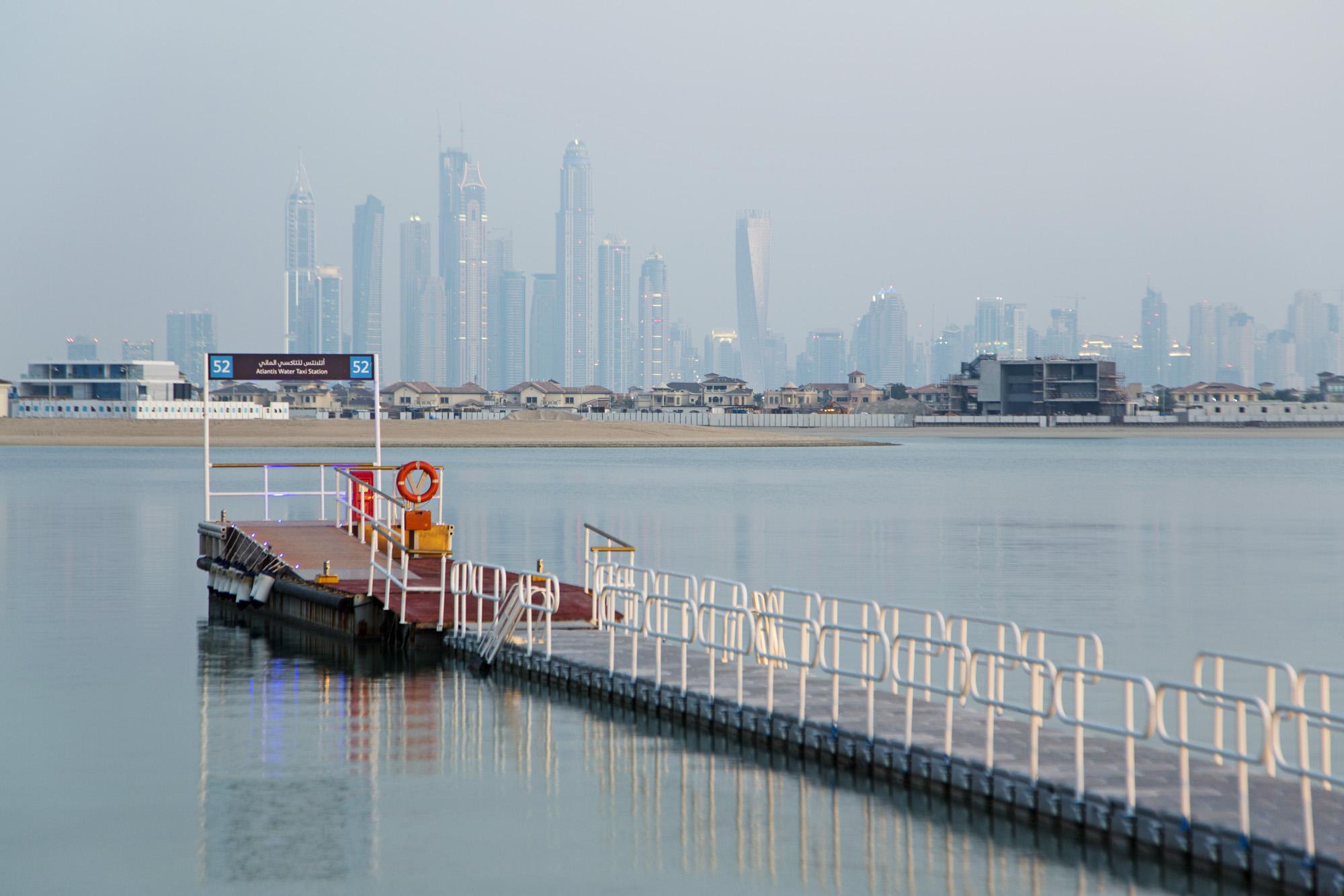 VAE, Vereinigte arabische Emirate, Dubai, Atlantis The Palm Hotel, Anleger, Skyline  Engl.: UAE, United Arab Emirates, Dubai, Atlantis The Palm Hotel, jetty, pier, Skyline