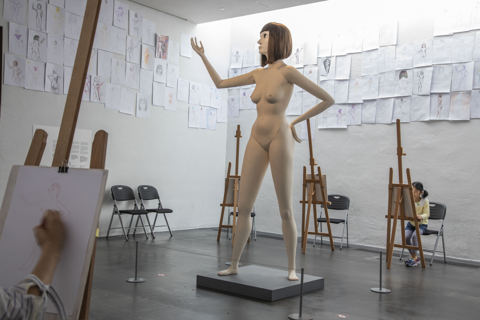 Finnland, Helsinki, Kiasma, Museum für Zeitgenössische Kunst, Installation Life Model II von David Shrigley. Der Künstler hat den Ausstellungsraum zum Zeichenraum transformiert, so kann jeder sein Werk dort ausstellen.