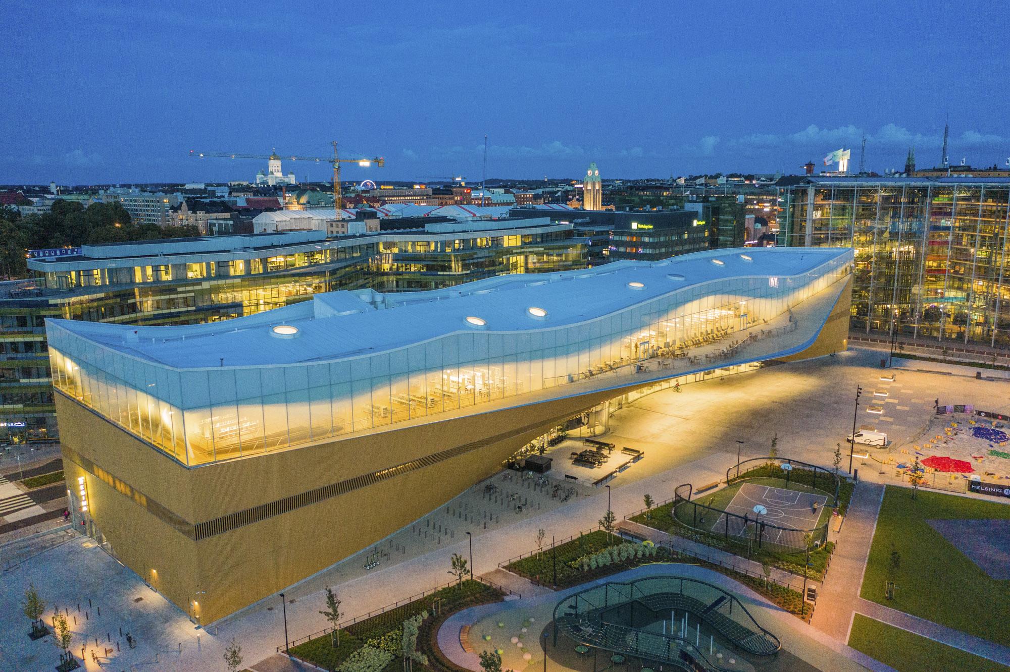 Finnland, Helsinki, Zentralbibliothek Oodi, Gebäude bei NAcht, Architekten: ALA Architekts, Luftaufnahme