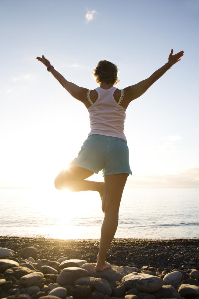 "Spanien, Kanarische Inseln, La Gomera, Hotel El Cabrito, Yoga Retreat mit Yoga Team Berlin, Teilnehmerin in ""Baum"" -Pose zum Sonnenaufgang"