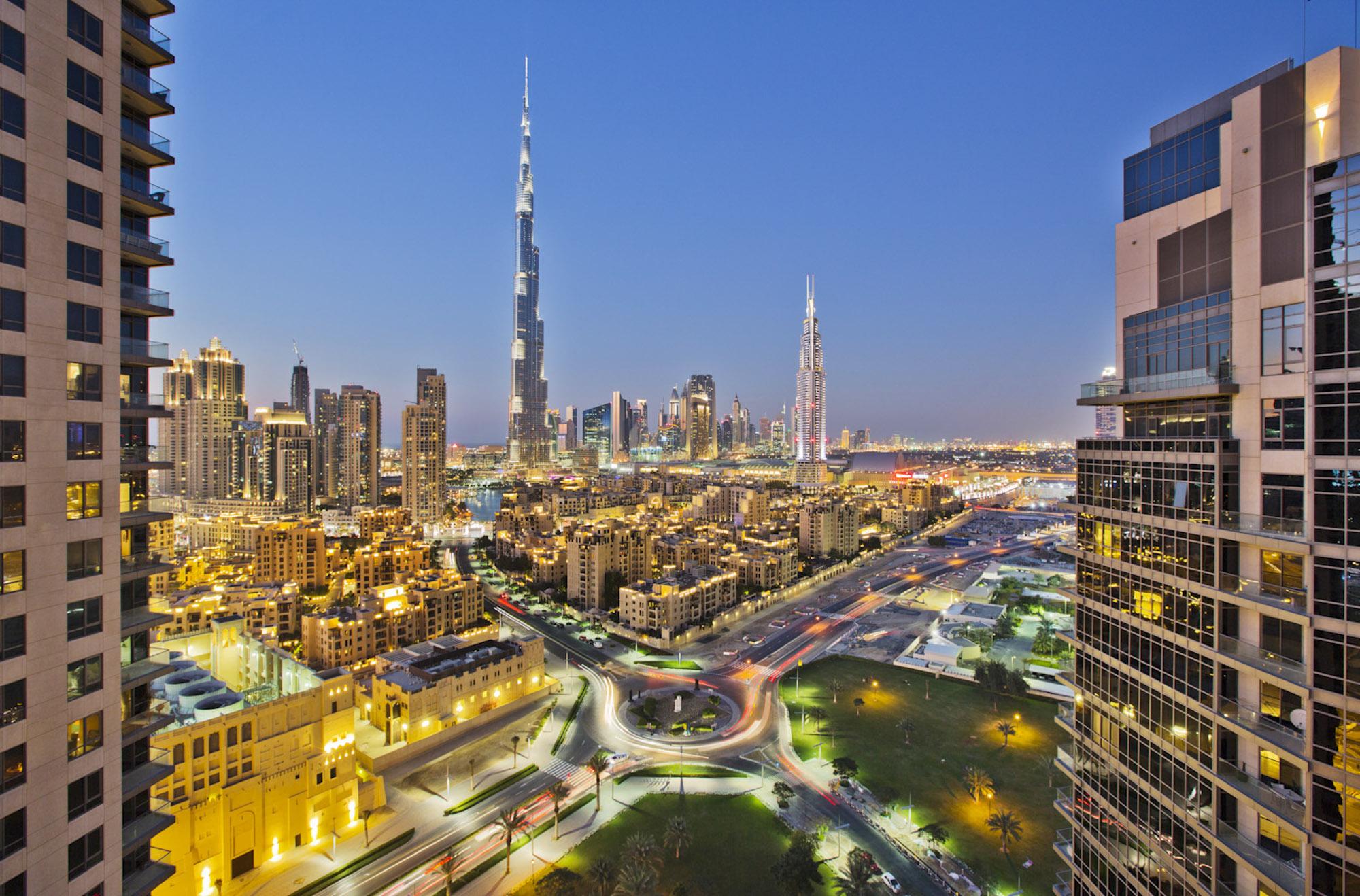 VAE, Vereinigte arabische Emirate, Dubai, Skyline, Blick vom jumeirah Lake Tower auf das höchste Gebäude der Welt den Burj Khalifa, 828 m Höhe, 163 Stockwerke, Hochhaus, Wolkenkratzer, Gebäude, Sehenswürdigkeit, Wolken, Himmel, moderne Architektur, Infrastruktur, Urbanisierung, Stadt, Metropolis, nachts, beleuchtet  Engl.: UAE, United Arab Emirates, Dubai, skyline, view from jumeirah Lake Tower on the tallest building in the world the Burj Khalifa, 828 m high, 163 floors, high rise, skyscraper, building, sight, clouds, sky, modern architecture, infrastructure, urbanization , City, metropolis, at night, illuminated