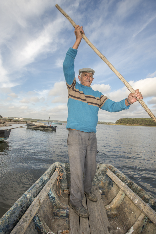 Portugal, Region Centro, Obidos, Lagoa de Obidos, Lagune von Obidos, größte Salzwasserlagune Europas, ehemaliger Fische Carlos Ivo (77 Jahre) fährt in einem Holznarren über die Lagune