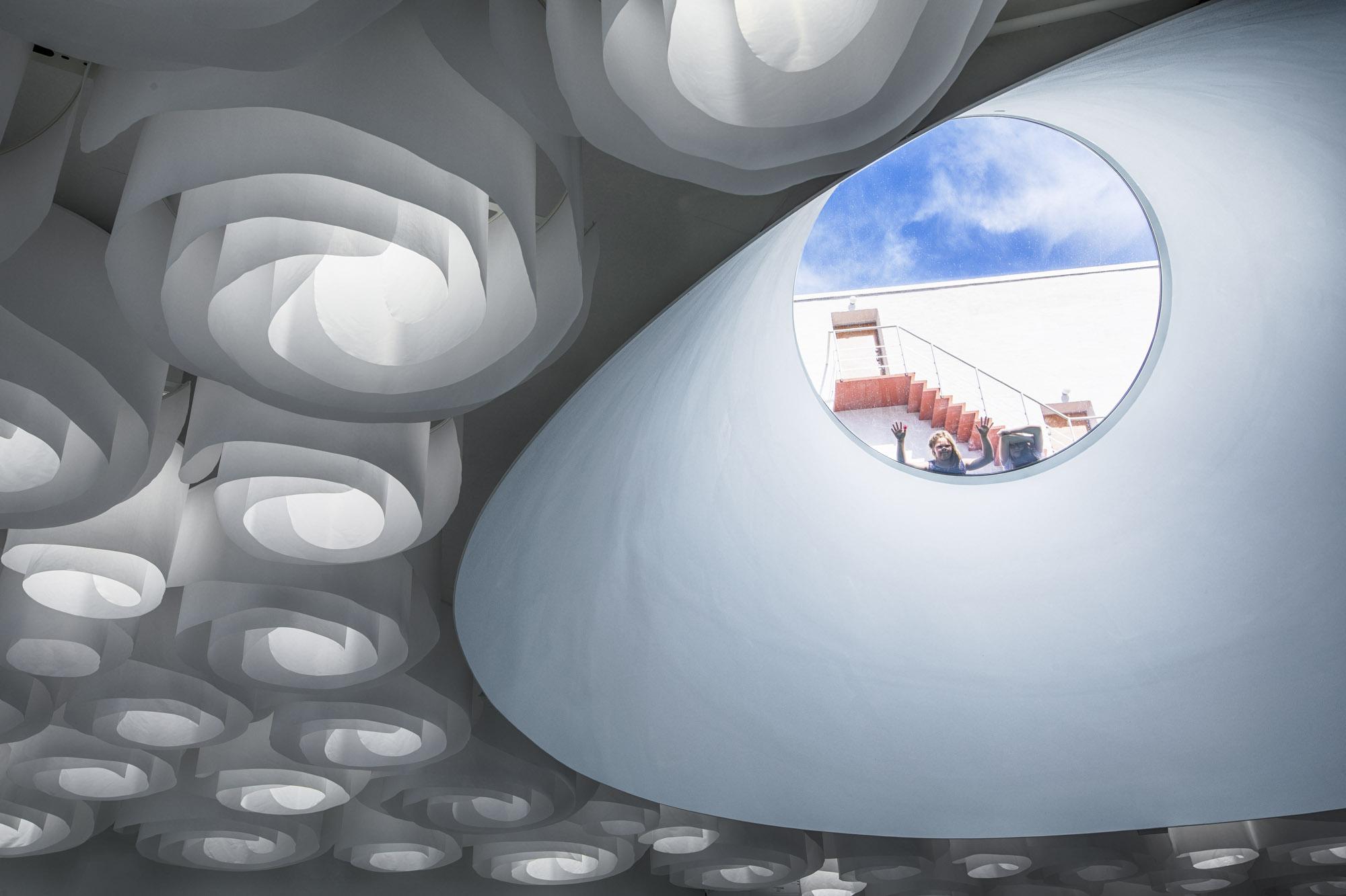 Finnland, Helsinki, Amos Rex im Lasipalatsi, unterirdisches Amos Anderson Museum, Fischauge, Deckenkonstruktion. Vom Museumsplatu kann man durch riesige, runde Scheiben in das Foyer des Museum schauen.