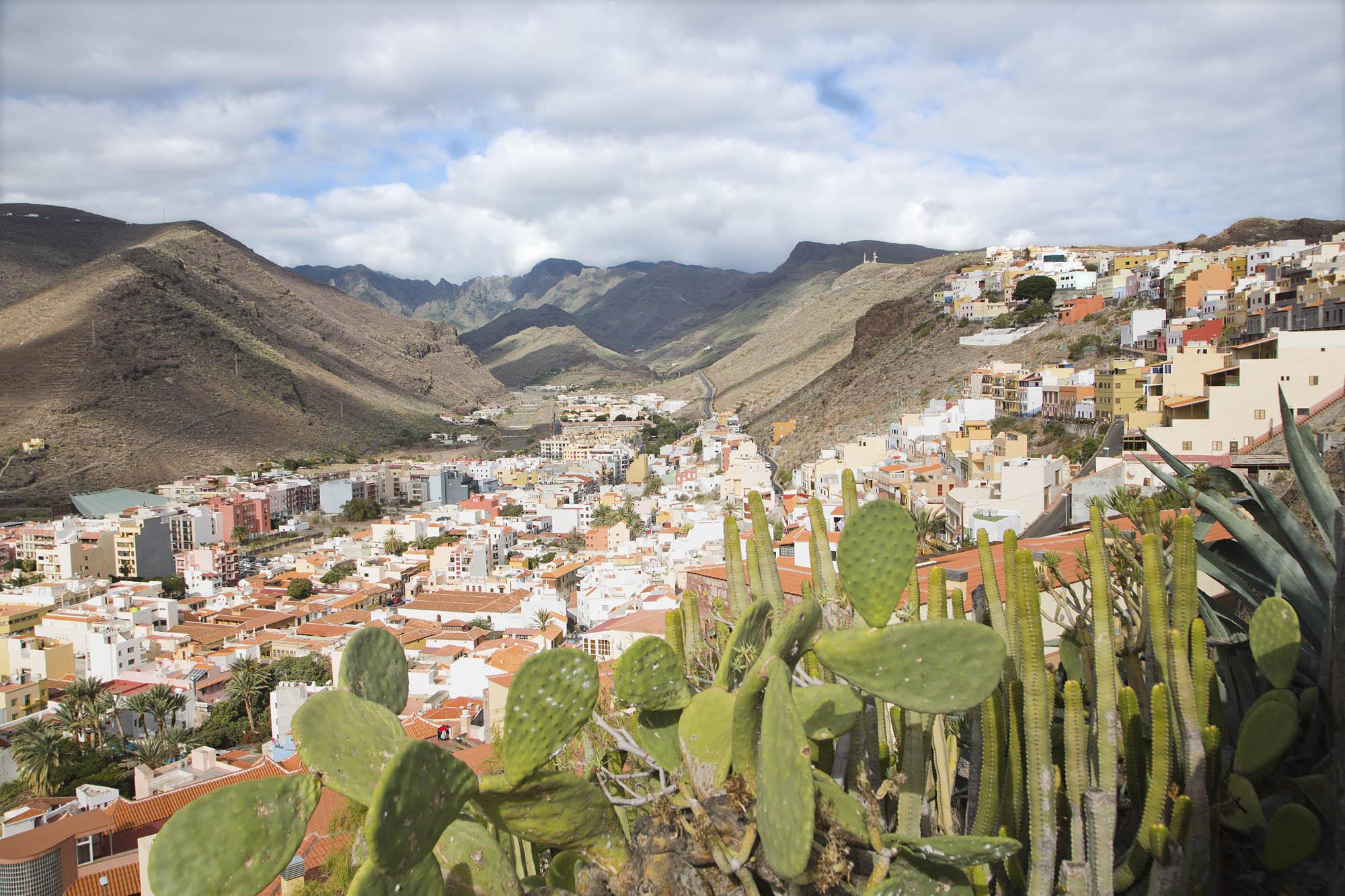 Spanien, Kanarische Inseln, La Gomera, San Sebastian de La Gomera, Inselhauptstadt, Blick auf die Stadt und das Hinterland
