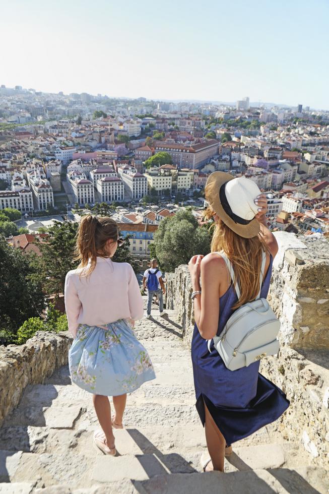 Portugal, Lissabon, Portugal, Lissabon, Alfama Viertel, Castelo de São Jorge, Festungsanlage, Kastell, Treppen, Blick Richtung Mouraria Viertel, Elina und Maryana auf der Treppe