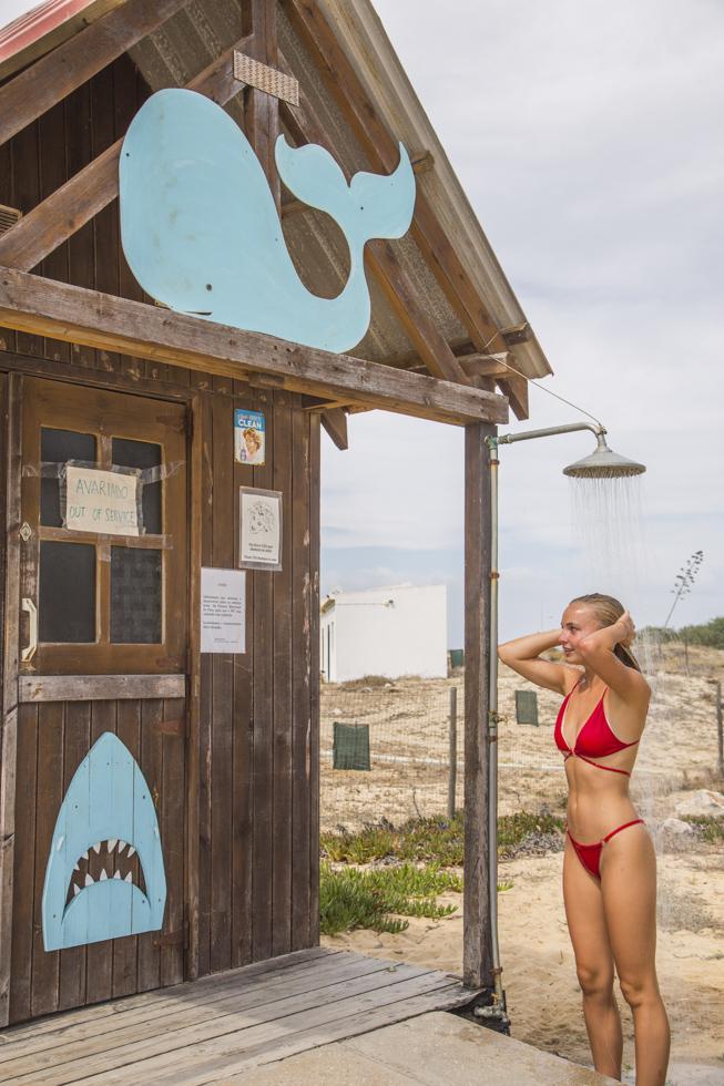 Portugal, Algarve, Olhão, autofreie Sandbank Insel Ilha do Farol im Naturpark Ria Formosa, Strand, Dusche, Touristin Robin Last beim duschen