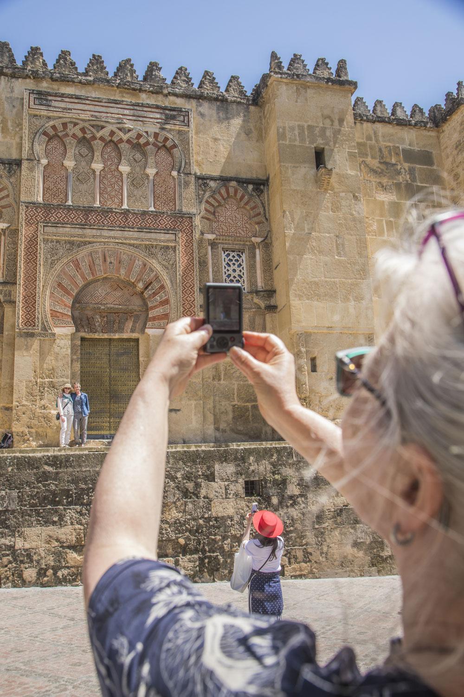 Spanien, Andalusien, Cordoba, Mequita-Kathedrale, Fassade, Toruisten fotografieren