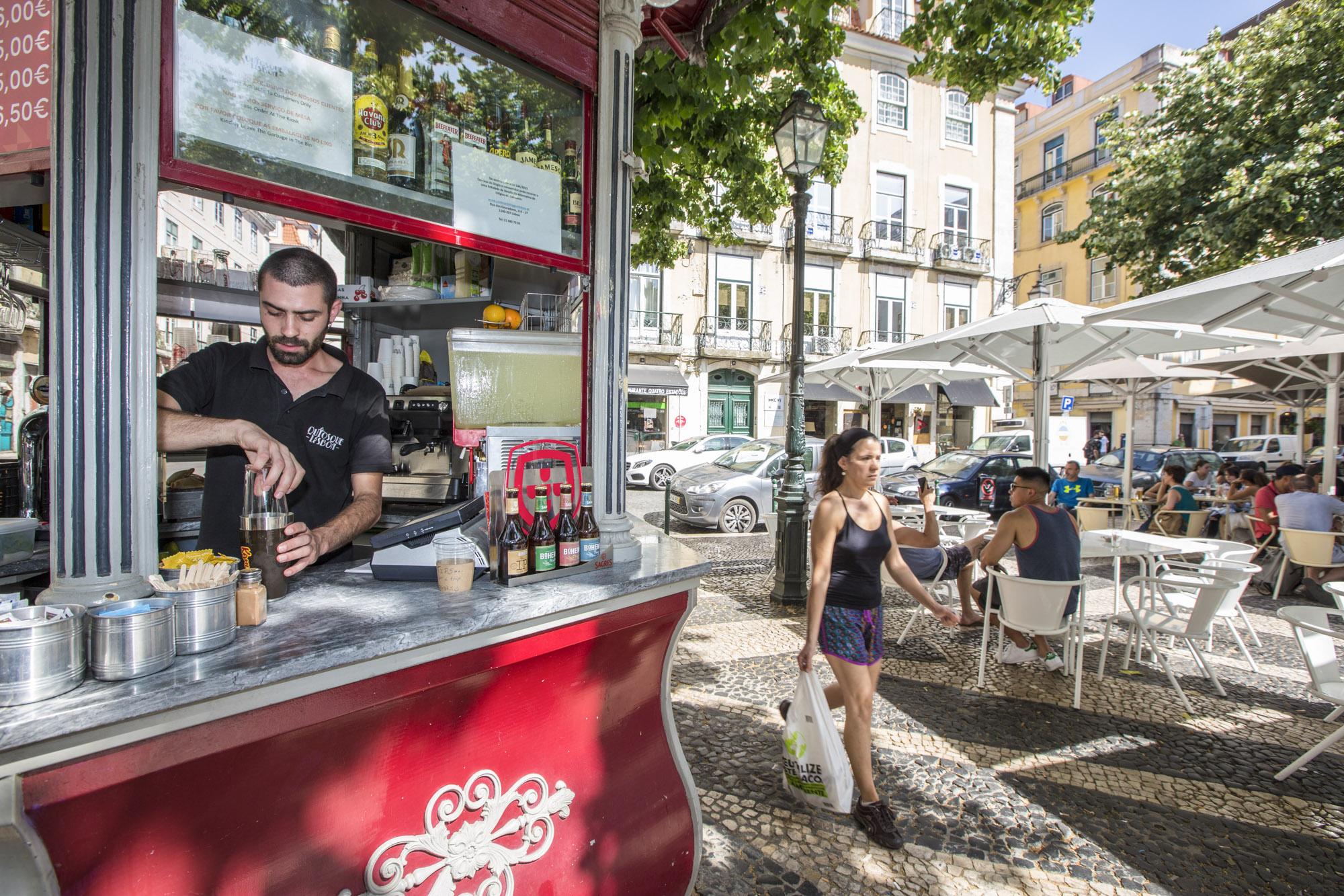 Portugal, Lissabon, Praca Sao Paulo, Ältester Kiosk in Lissabon, Kellner João Fortuna