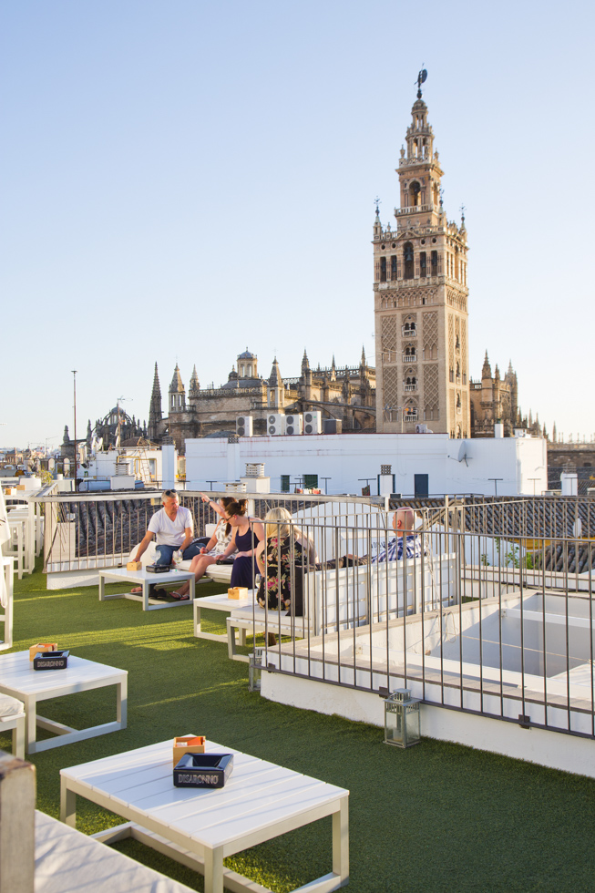 Europa, Spanien, Andalusien, Sevilla, Boutique Hotel Fontecruz, Calle Abades, Dachterasse mit Blick auf die Kathedrale und den Giralda Turm. Kathedrale, Kirchturm, Dachterrasse, Ausblick, über den Dächern, chill out, relax  Engl.:  Europe, Spain, Andalusia, Seville, Boutique Hotel Fontecruz, Calle Abades, roof terrace overlooking the Cathedral and the Giralda Tower. Cathedral, church tower, roof terrace, view, over the rooftops, chill out, relax