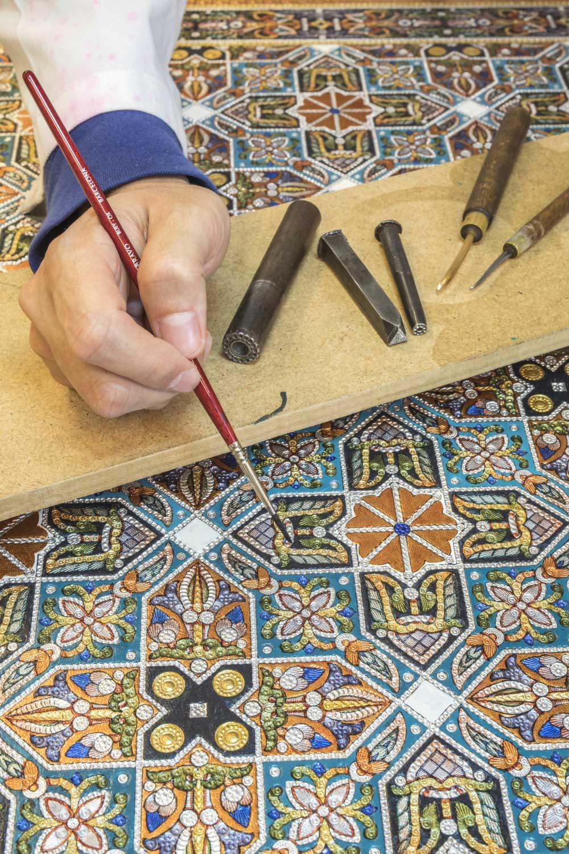 Spanien, Andalusien, Cordoba, Casa del Guadamecí Omeya, Künstler Jose Carlos Villarejo García stellt Guardamecíes mit der Technik aus der Zeit des Kalifat her. Er ist der einzige Weltweit, der mit der Originaltechnik der Umayyaden Leder zu Dekorationszwecke und als Kunstwerk verziert. Guaramecies sind Ledertapeten, auf der pflanzliche und geometrische Motive dargestellt werden. Das Leder wird erst versilbert oder vergoldet und danach polychromiert und beschlagen.