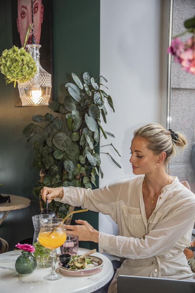 Finnland, Helsinki, Stadtteil Punavuori, Relove Vintage Boutique mit Café, Gast, Mittagspause