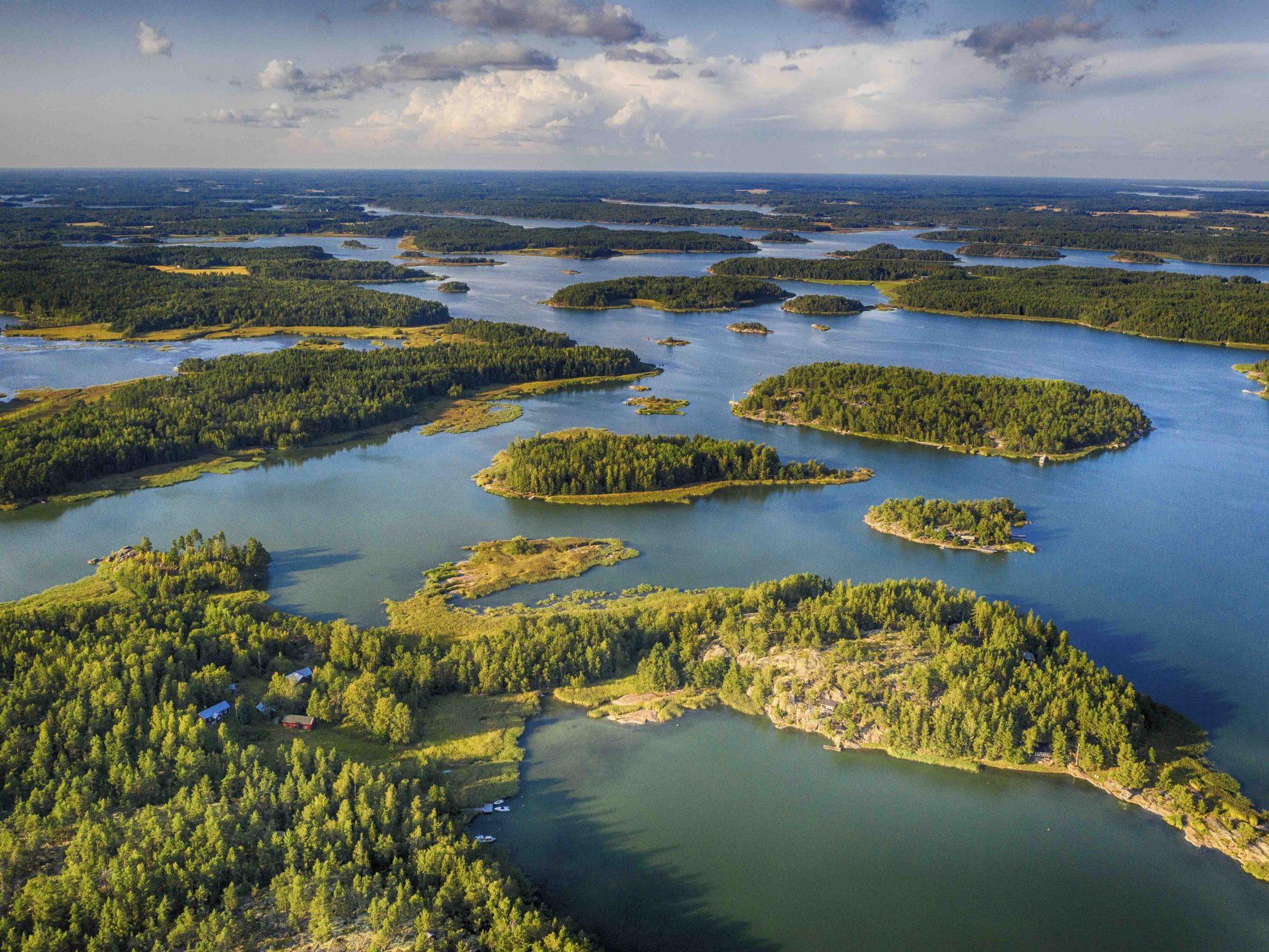 Finnland, Varsinais-Soumi, Vaasa, Roadtrip durch die Schärenlandschaft des Kvarken, Kvarken Archipelago, bewaldete Inseln im Schärenmeer