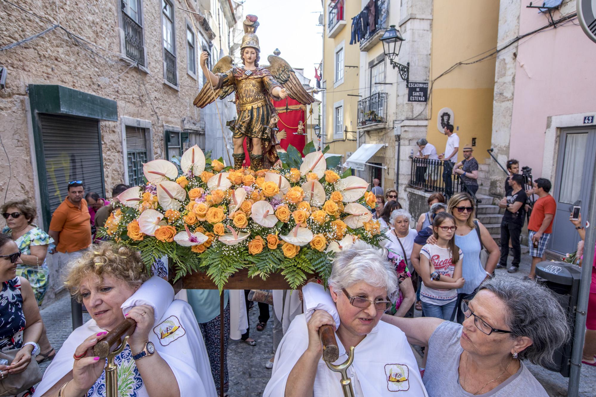 Portugal, Lissabon, Alfama Viertel Fest Santo Antonio, Prozession durch die Gasen des Viertels