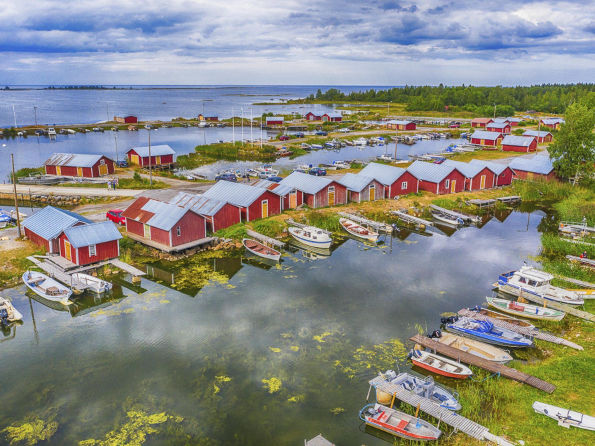 Finnland, Westküste, Varsinais-Soumi, Svedjehamm, Road Trip durch die Schärenlandschaft des Kvarken, Kvarken Archipelago, Fischerhäuser im Schärenmeer. Unesco Welterbe durch ihre einzigartige, geomorphologische Erscheinung. Das Land erhbebt sich hier um 8-8,5 mm pro Jahr.