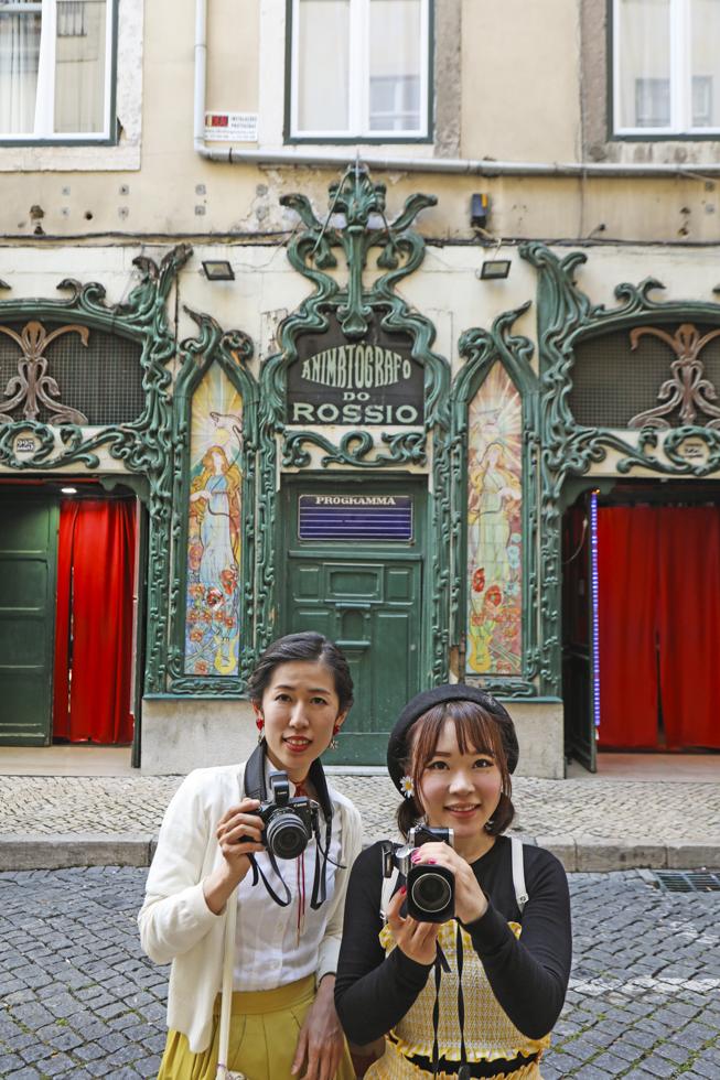Portugal, Lissabon, Baixa, Rua dos Sapateiros, Animatografo do Rossio, Jugendstilfassade, ehemaliges Kino heute Peepshow, japanische Touristinnen Saori und Asako.