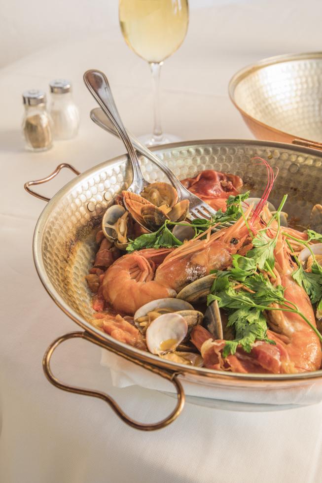 Portugal, Algarve, Atlantikküste, Lagos, Don Sebastião Restaurant, Cataplana, typischer Fisch und Meeresfrüchte Eintopf. Das Don Sebastião ist eines der besten Fischrestaurants an der Küste. Bitte unbedingt Namen nennen bei Veröffentlichung des Fotos.
