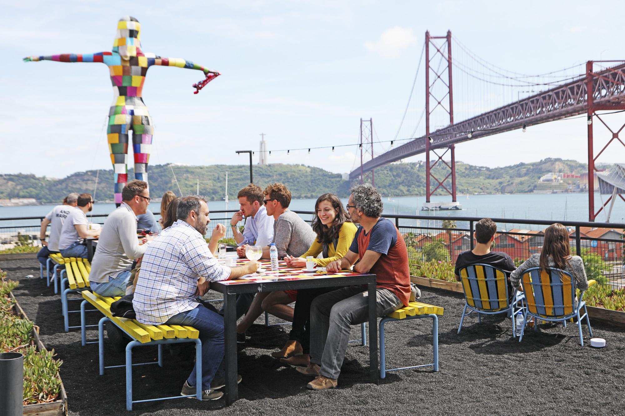 Portugal, Lissabon, Alcantara Viertel, Lx Factory, ehemalige Garn und Stofffabrik, Barun & Restaurant Marvilha, Brücke 25 de Abril