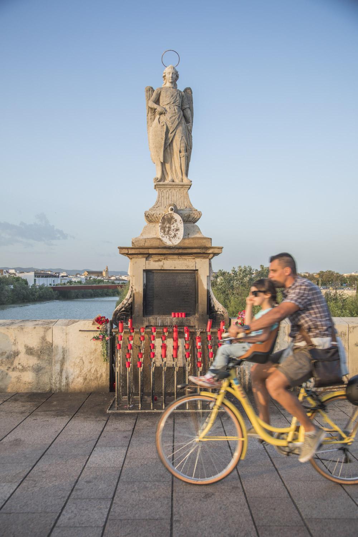 Spanien, Andalusien, Cordoba, Puente Romano, Römerbrücke, Jundgrauenstatue