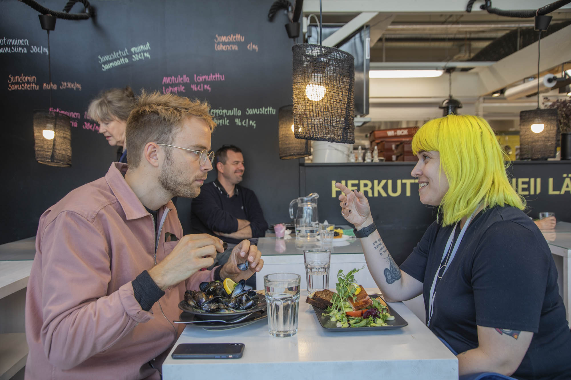 Finnland, Helsinki, Stadtteil Kallio, neue Markthalle, Szenetreff zum Mittagessen